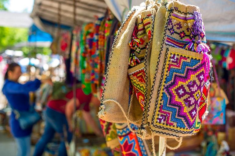 bunte Tasche hängt an Marktstand in Tiflis Georgien
