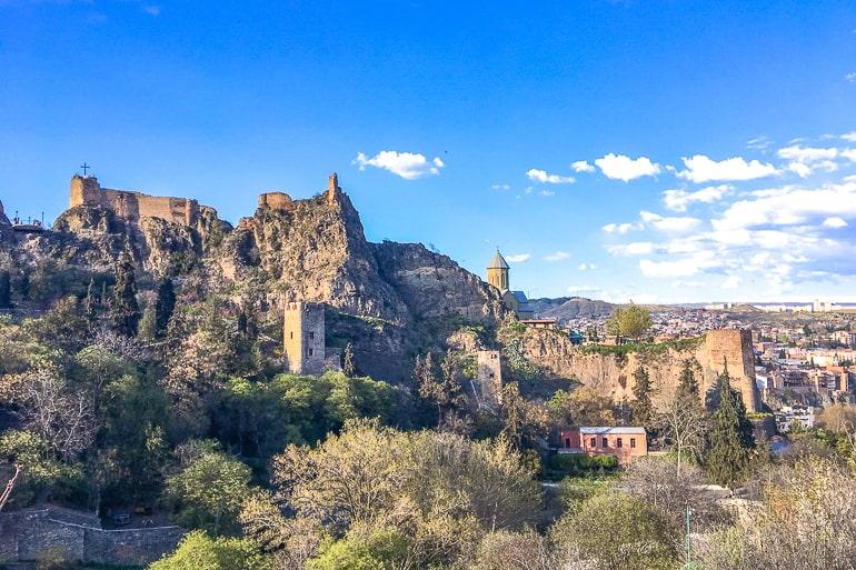 Ruinen einer alten Festung auf Hügel