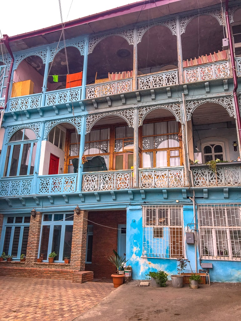 Buntes Haus mit Balkonen in Altstadt von Tbilisi Sehenswürdigkeiten