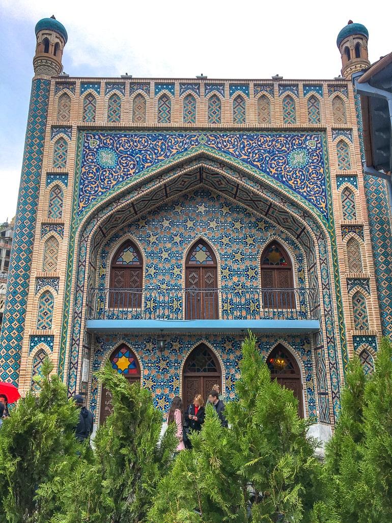 Blaues Gebäude Eingang zu Schwefelbädern in Tiflis