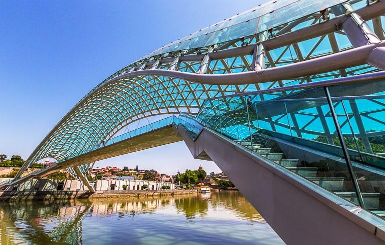 Brücke aus Glas und Stahl über Fluss in Georgiens Hauptstadt