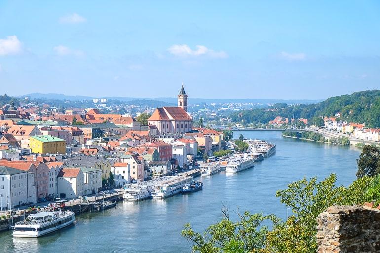 Blauer Fluss mit Booten neben Altstadt von Passau in Deutschland