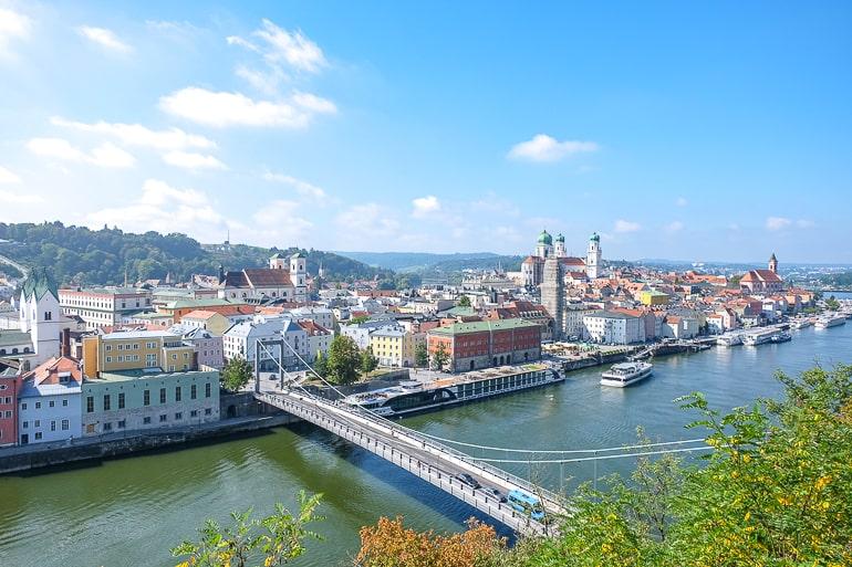 Foto von Altstadt von Passau mit Kirchen und Brücke über die Donau
