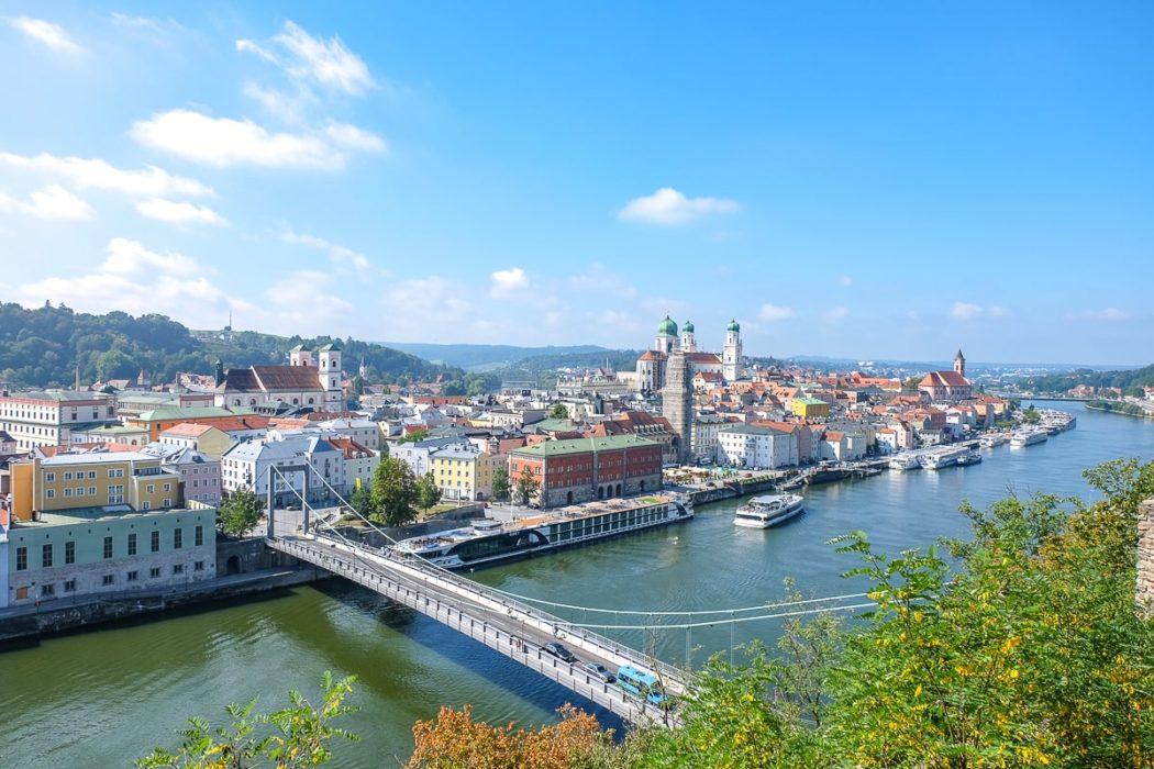 Blauer Fluss mit Brücke darüber und Altstadt im Hintergrund