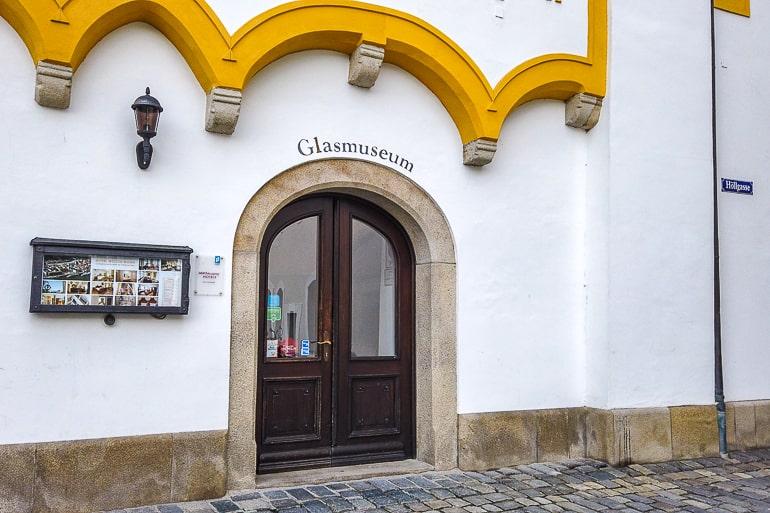 Eingang zu Glasmuseum mit gelb verzierter Tür