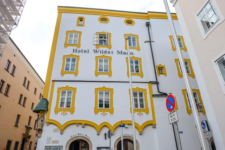 Weißes und gelbes Hotelgebäude in Altstadt von Passau