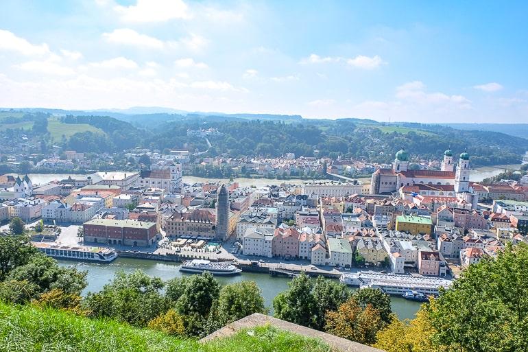Bunte Gebäude in Altstadt mit Fluss herum fotografiert von oben