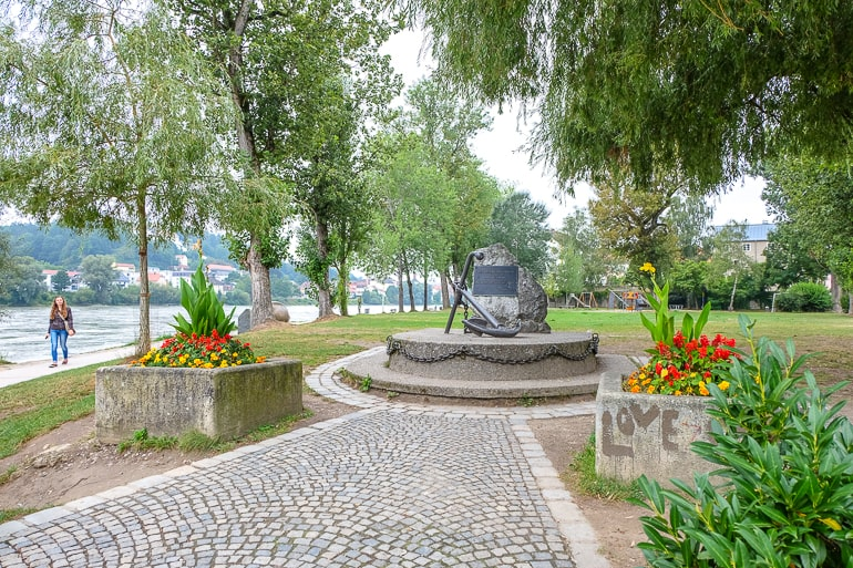 Grüner Garten mit Skulptur und Blumen darin
