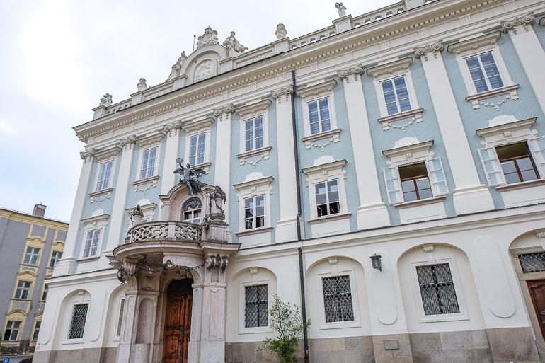 schönes blaues und weißes Residenzgebäude mit Eingang
