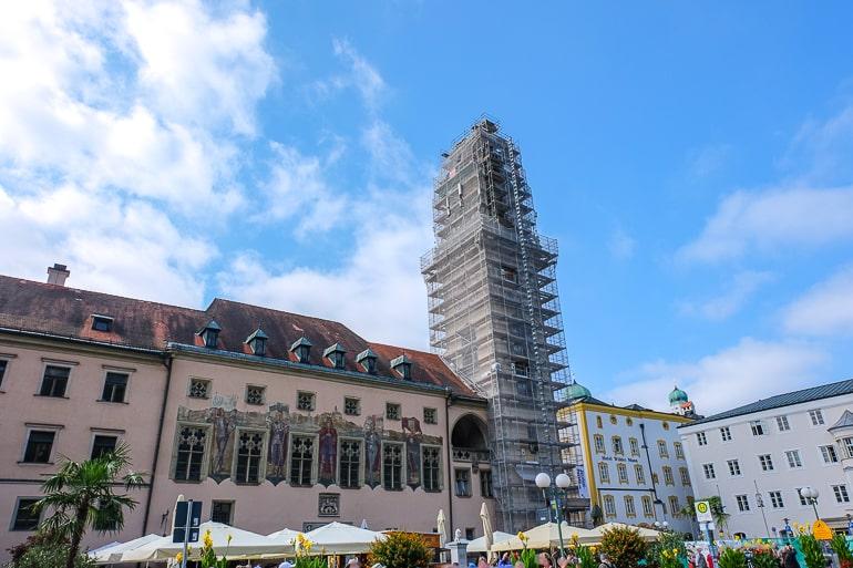 Hoher Turm von Altem Rathaus in Passau mit Gerüst herum