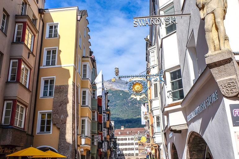 Schild von Swarovski Laden hängt in Altstadt von Innsbruck