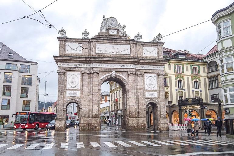 Großer Torbogen aus Stein in der Mitte einer Straße in Innsbruck