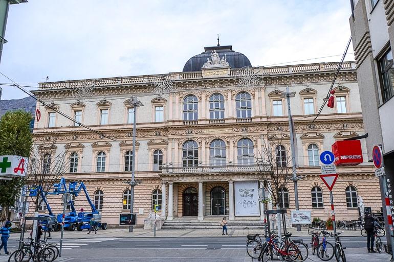 Großes verziertes Museumsgebäude am Ende der Straße pretty museum building at end of street in innsbruck