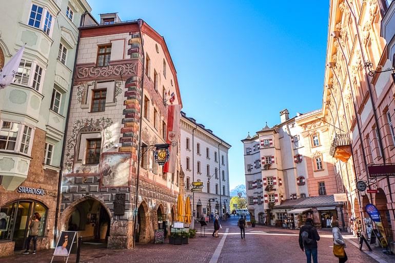 Bunte Gebäude und Läden in Altstadt von Innsbruck