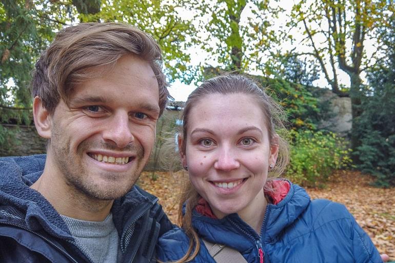 Gesicht von Mann und Frau auf Parkbank in Park