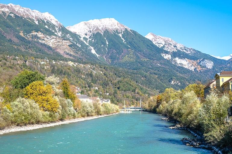 Blauer Fluss mit Bergen im Hintergrund in Innsbruck Österreich