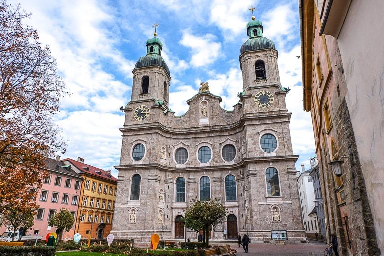 Äußeres von großem barocken Dom mit blauem Himmel und Wolken