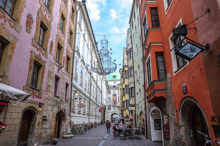 Schmale Straße in Altstadt mit hängenden Lichtern und Dekorationen