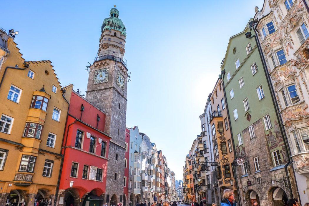 Foto von Innsbrucker Stadtturm und farbenfrohen Altstadtgebäuden bei blauem Himmel