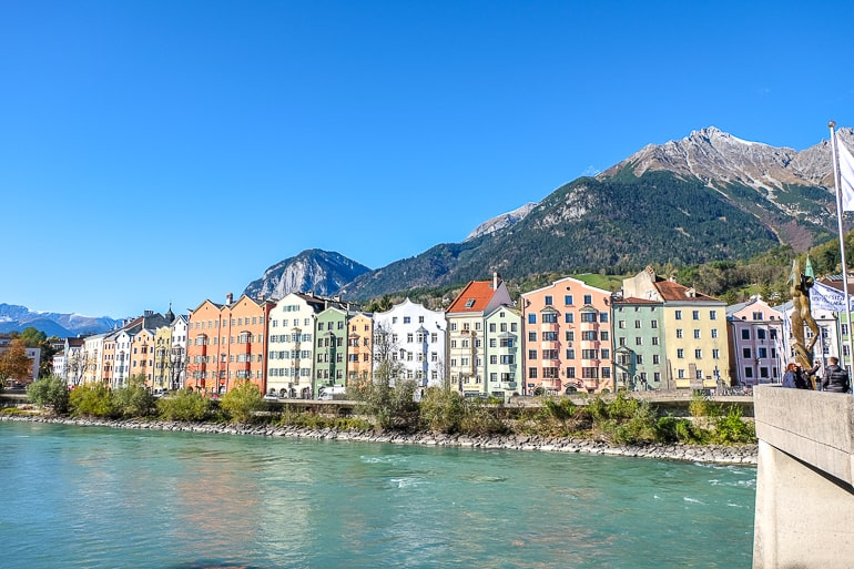 Bunte Häuser nebeneinander entland des blauen Flusses in Innsbruck