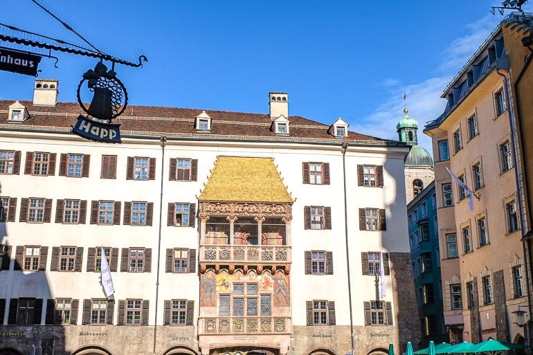 Großes goldenes dach auf Altstadtgebäude in Innsbruck Österreich