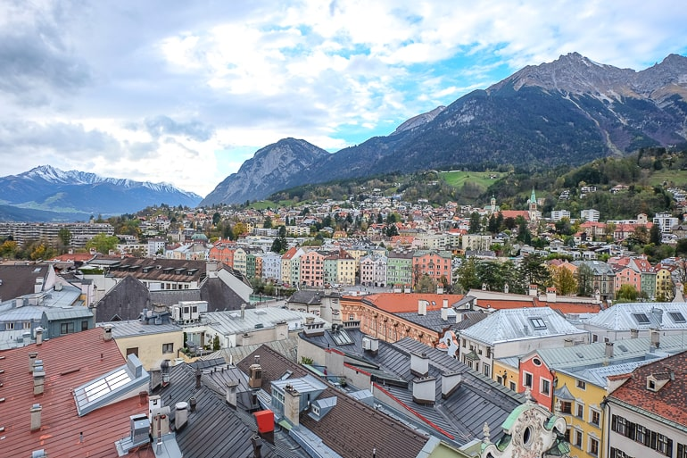 Blick von oben auf Gebäude in Innsbrucks Altstadt mit Bergen im Hintergrund